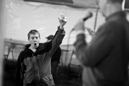 Chris Hartman, revolutionary homebrewer and hop grower, salutes as I preach the revolution.